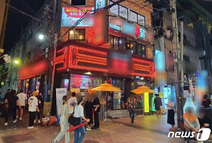 '밤 12시까지 실내영업'이 허용된 첫날 14일 부산 부산진구 서면의 술집 거리.2021.6.14/© 뉴스1 노경민 기자