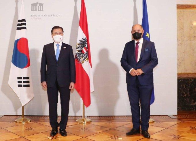 [비엔나(오스트리아)=뉴시스]박영태 기자 = 오스트리아를 국빈 방문중인 문재인 대통령이 14일(현지시간) 비엔나 의회도서관을 방문, 소보트카 오스트리아 하원의장과 면담에 앞서 기념촬영을 하고 있다. 2021.06.15. since1999@newsis.com