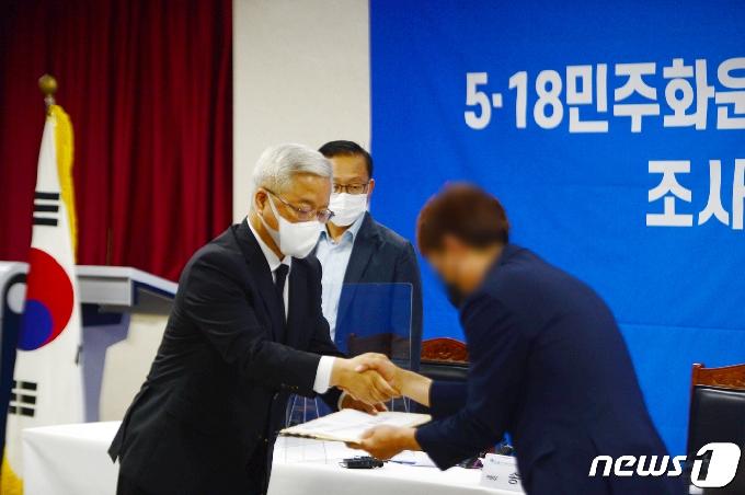 [사진] '유가족에 유전자 검사 결과서 전달하는 송선태 위원장'