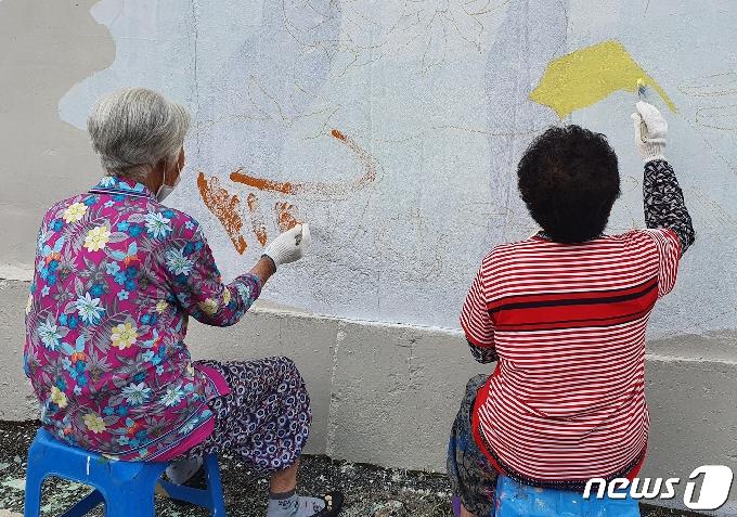 곡성에서 치매 어르신과 마을주민 함께 벽화그리기