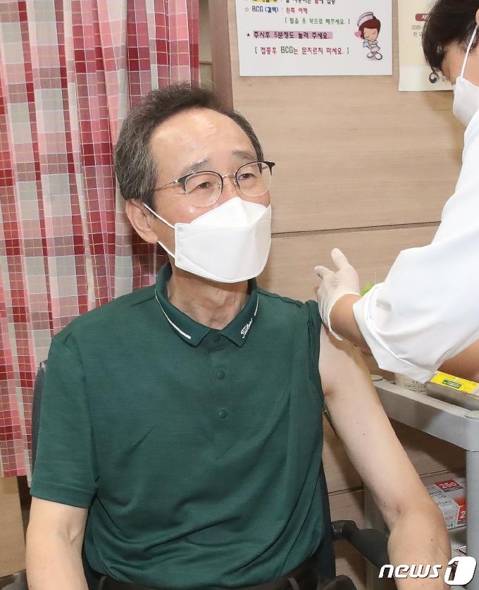 [사진] '밝은 표정으로 AZ 백신 2차 접종하는 송하진 도지사'