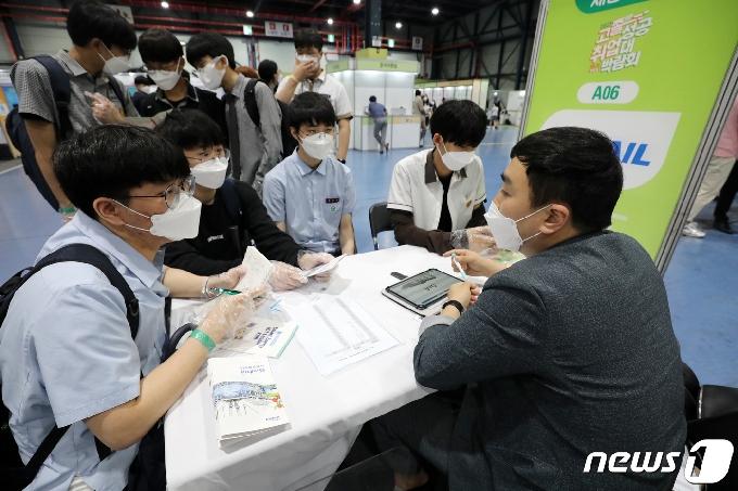 [사진] 진지하게 취업상담 받는 학생들