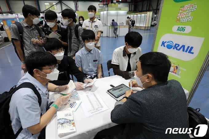 [사진] 취업상담 받는 학생들