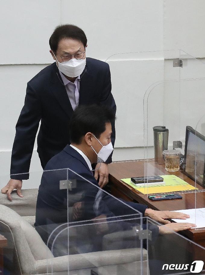 [사진] 서울시의회 정례회 참석하는 오세훈 시장·조희연 교육감