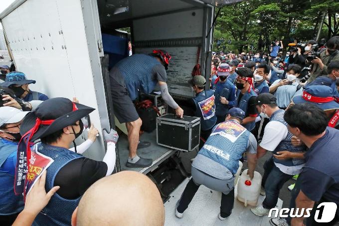 [사진] 집회 위한 장비 옮기는 택배 노동자들