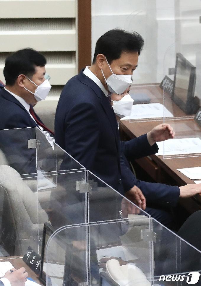 [사진] 서울시의회 정례회 참석하는 오세훈 서울시장