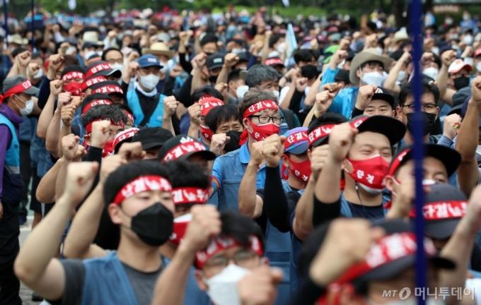 [사진]구호 외치는 전국택배노동조합원들