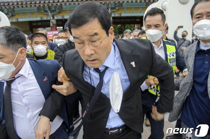 '광주 건물 붕괴' 재개발 개입 의혹 조폭 출신 전 5·18단체 회장 해외도피