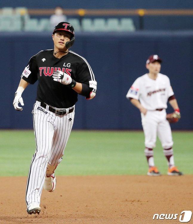 LG 채은성(왼쪽)이 7회 홈런 후 그라운드를 돌고 있다.