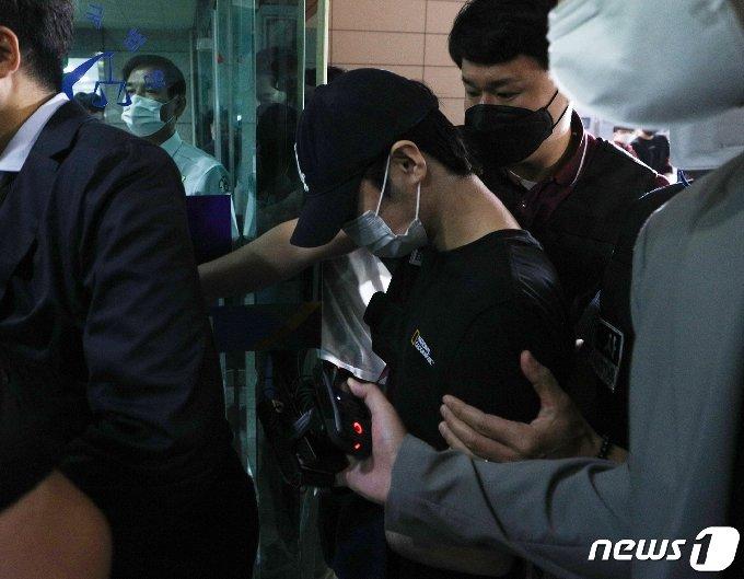 마포 오피스텔에서 친구를 숨지게 한 혐의를 받는 20대 남성 B씨가 15일 오전 서울 마포구 서울서부지방법원에서 열린 구속 전 피의자심문(영장실질심사)에 출석하고 있다.  2021.6.15/뉴스1 © News1 신웅수 기자