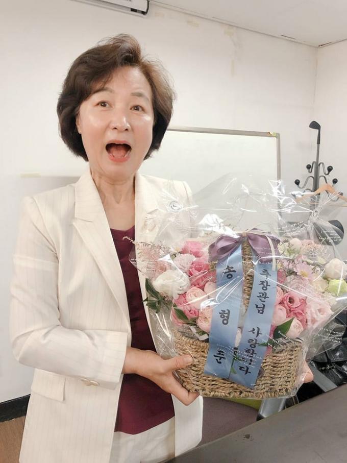 대권 고심하는 추미애, '꽃바구니' 선물받고 '방긋' 인증