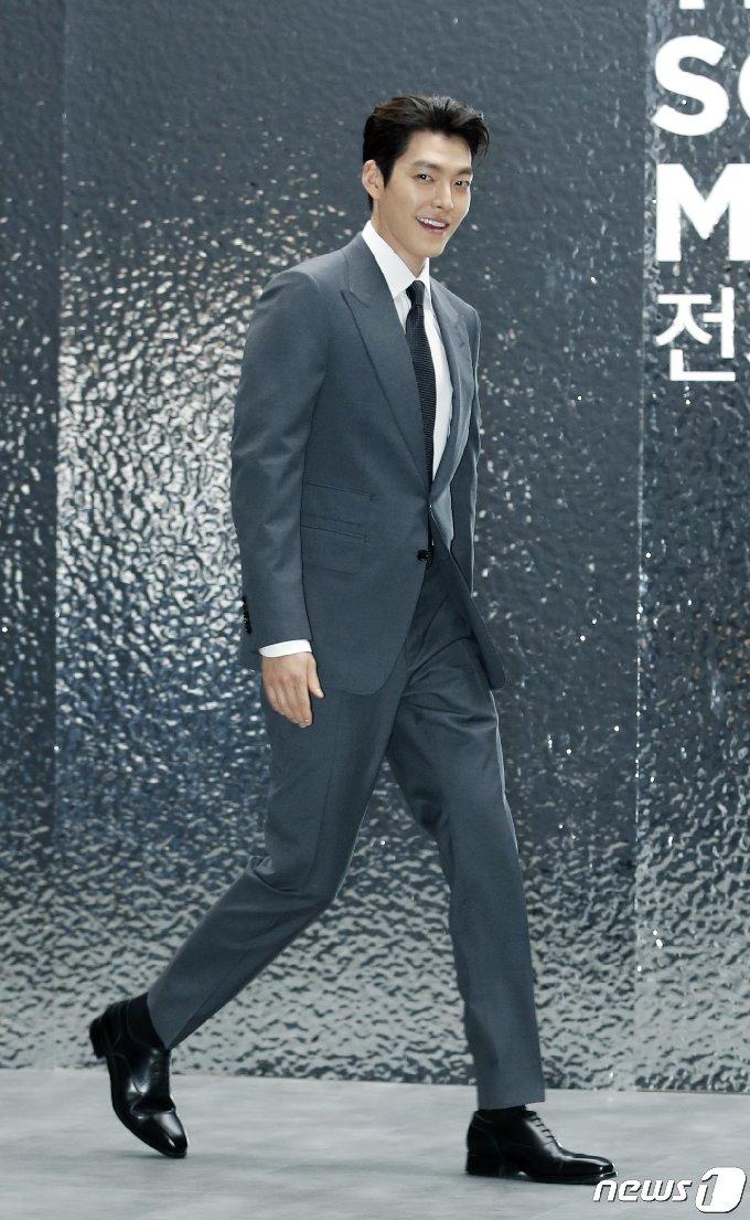 배우 김우빈이 15일 오전 서울 중구 동대문디자인플라자(DDP)에서 열린 한 전시회에 밝은 모습으로 참석하고 있다. 2021.6.15/뉴스1 © News1 권현진 기자