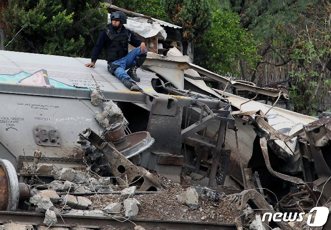 [사진] 형체만 남고 파손된 멕시코 탈선 화물 열차
