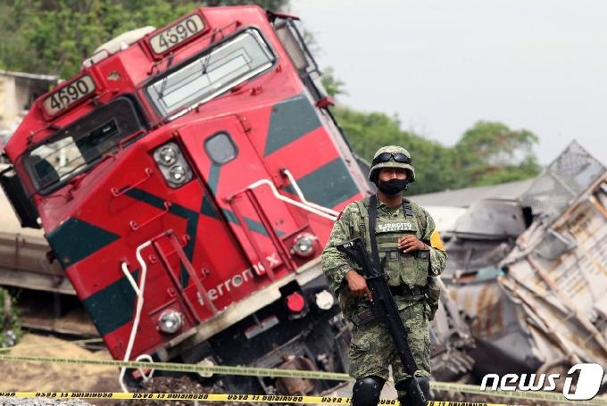 [사진] 비스듬히 기울어진 멕시코 탈선 사고 화물 열차