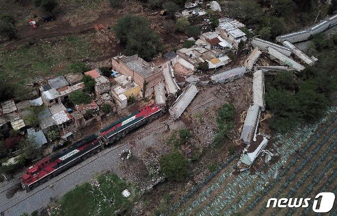 [사진] 주택가 덮친 멕시코 탈선 화물 열차