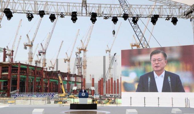 문재인 대통령이 지난달 13일 오후 경기 평택시 삼성전자 평택단지 3라인 건설현장에 마련된 야외무대에서 열린 'K-반도체 전략 보고에 참석해 모두발언을 하고 있다./사진=뉴시스