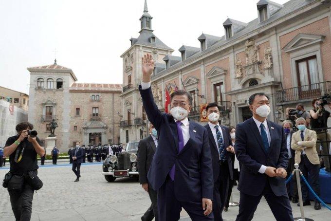 [마드리드(스페인)=뉴시스]박영태 기자 = 스페인을 국빈 방문 중인 문재인 대통령이 15일(현지시간) 스페인 마드리드 시청을 방문 후 교민들을 향해 인사를 하고 있다. 2021.06.16. since1999@newsis.com