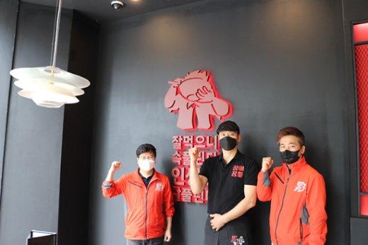 (왼쪽부터)㈜보하라 이만재 대표, 노원역점 이선우 점장, ㈜보하라 박용성 부장/사진제공=(주)보하라 '남다른감자탕'