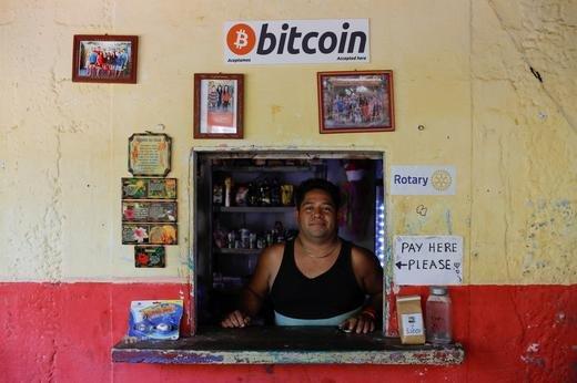 엘살바도르 엘손테의 한 가게에 한 남성이 서있다./사진=로이터통신