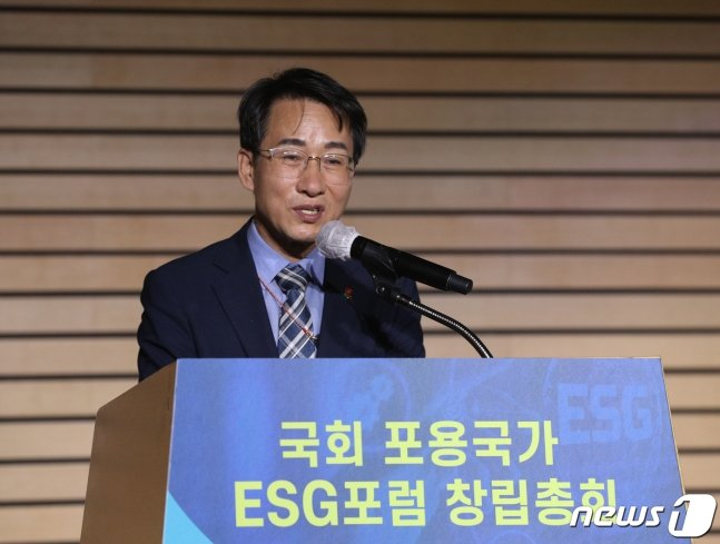 이원욱 더불어민주당 의원이 15일 오전 서울 여의도 전경련회관 컨퍼런스센터에서 열린 국회 포용국가 ESG포럼 창립총회에서 인사말을 하고 있다. 2021.6.15./뉴스1 (C) News1 신웅수 기자