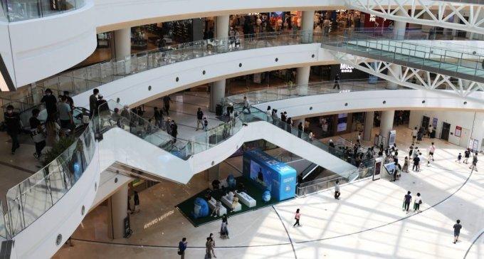 [서울=뉴시스]정병혁 기자 = 휴일인 지난 13일 서울 영등포구의 한 대형 쇼핑몰이 더위를 피해 찾은 시민들로 붐비고 있다. 2021.06.13. jhope@newsis.com