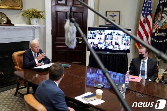 조 바이든 미국 대통령이 지난 4월12일(현지시간) 워싱턴 백악관에서 반도체 공급망 확충을 논의하는 화상회의에 참석해 발언을 하고 있다. 삼성전자도 이날 화상회의에 참석했다. /로이터=뉴스1