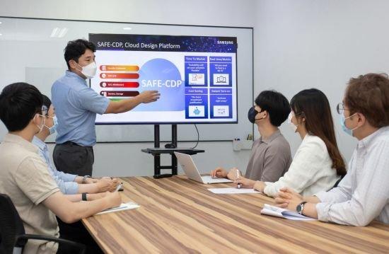 삼성전자 임직원이 국내 팹리스 업체 '가온칩스' 직원들을 대상으로 '통합 클라우드 설계 플랫폼(SAFE-CDP)' 사용자 교육을 진행하고 있다./사진제공=삼성전자