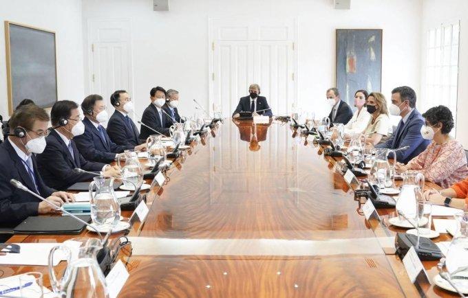 [마드리드(스페인)=뉴시스]박영태 기자 = 스페인을 국빈 방문 중인 문재인 대통령이 16일(현지시간) 스페인 마드리드 몬클로아 총리궁에서 열린 총리와의 회담 및 협정 서명식에 참석해 페드로 산체스 총리와 회담을 하고 있다. 2021.06.16. since1999@newsis.com