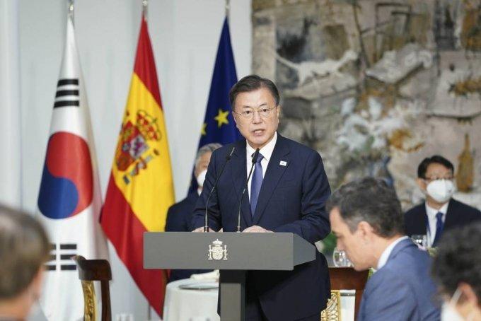 [마드리드(스페인)=뉴시스]박영태 기자 = 스페인을 국빈 방문 중인 문재인 대통령이 16일(현지시간) 스페인 마드리드 몬클로아 총리궁에서 열린 페드로 산체스 총리와의 오찬에 참석해 오찬사를 하고 있다. 2021.06.16. since1999@newsis.com