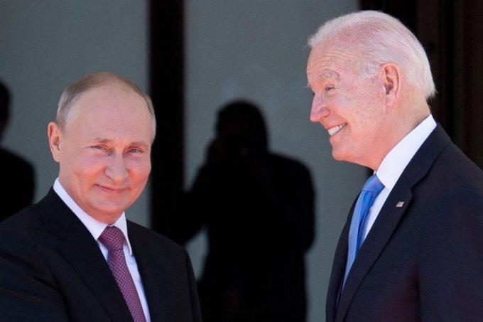 조 바이든 미국 대통령과 블라디미르 푸틴 러시아 대통령이 16일(현지시간) 정상회담을 위해 만나 악수를 나누고 있다./사진=AFP