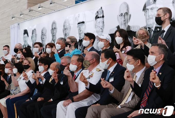 [사진] 한국전 참전용사에게 보내는 손가락 하트