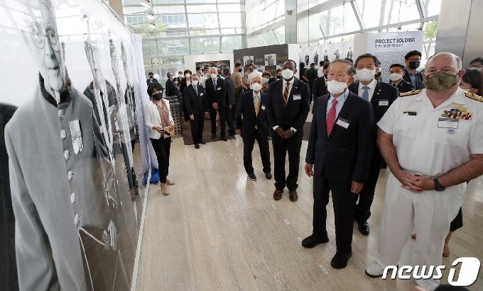 [사진] 사진전 관람하는 허창수 회장