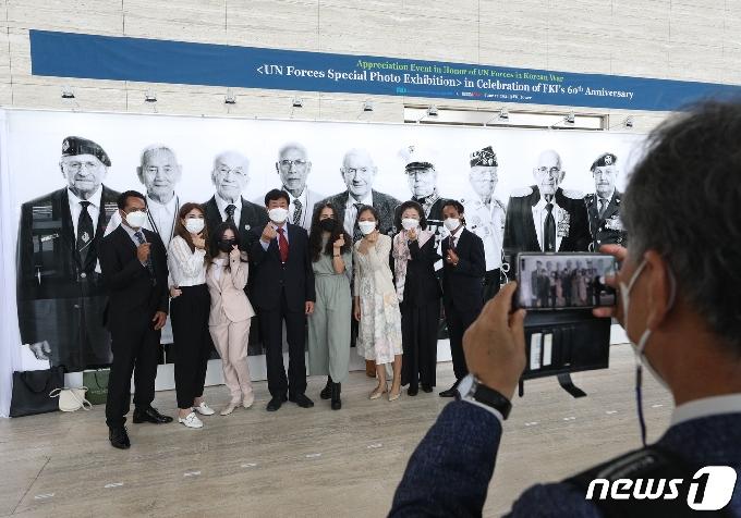 [사진] 참전용사 후손들의 기념촬영