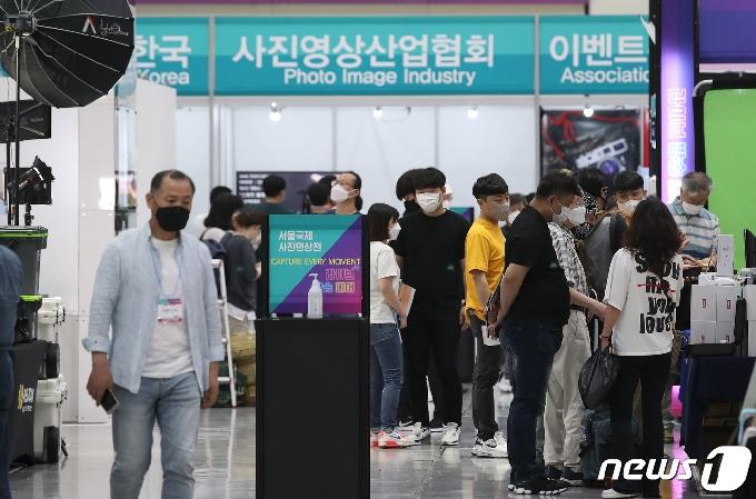 [사진] '서울국제사진영상전 찾은 방문객들'