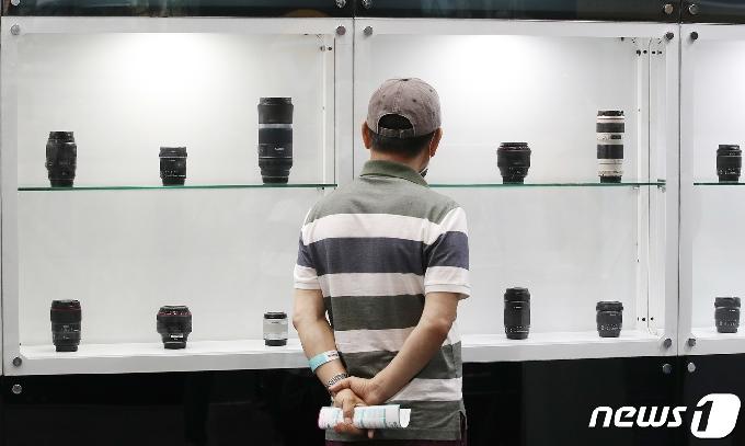 [사진] '사진영상기자재 살펴보는 방문객'