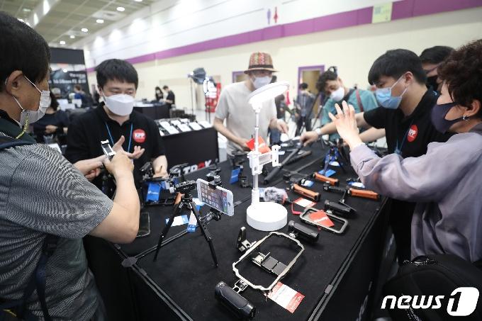 [사진] '1인 미디어 촬영장비 살펴보는 방문객들'