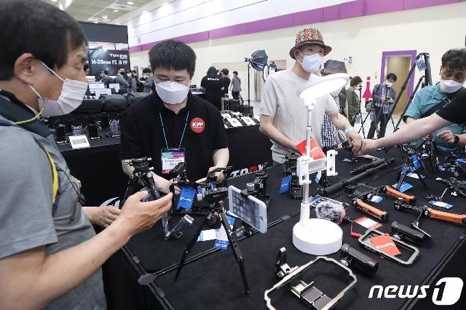 [사진] '1인 미디어 촬영 장비 인기'