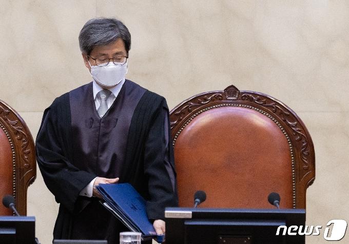 [사진] 자리에 착석하는 김명수 대법원장