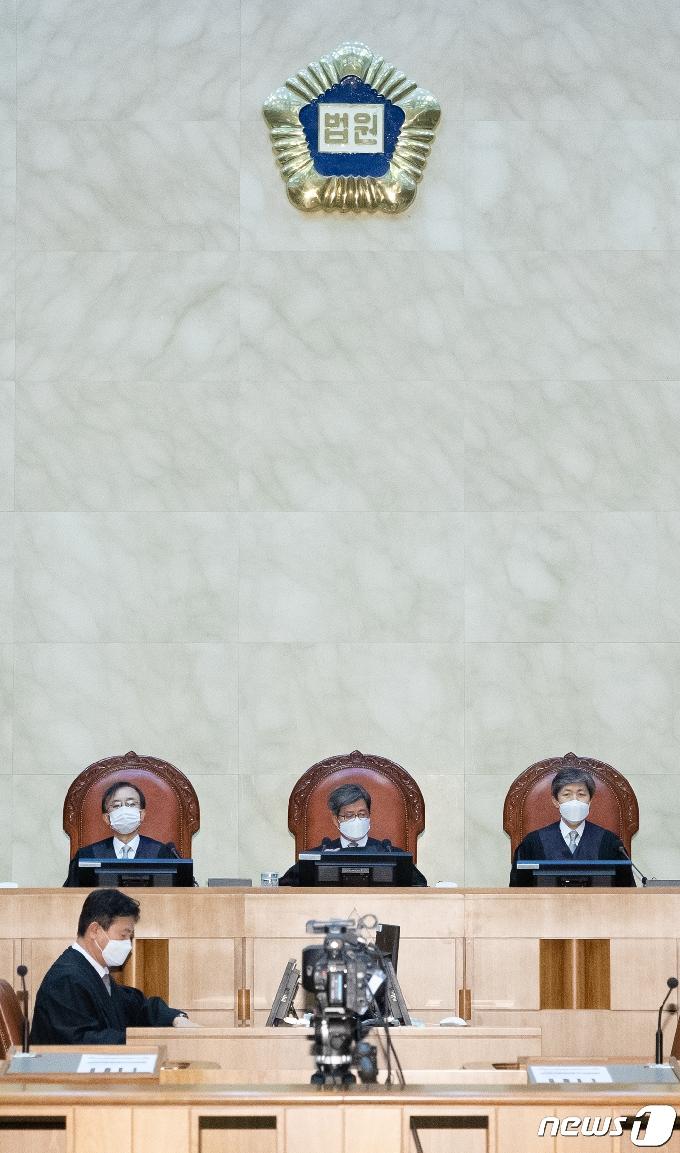 [사진] 전원합의체 선고 앞둔 김명수 대법원장