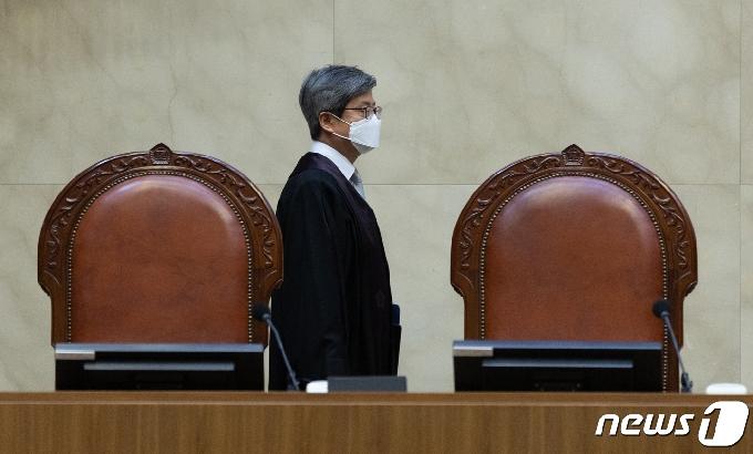[사진] 전원합의체 선고 참석하는 김명수 대법원장