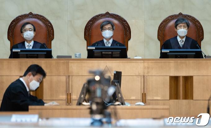 [사진] 김명수 대법원장, 전원합의체 선고 참석
