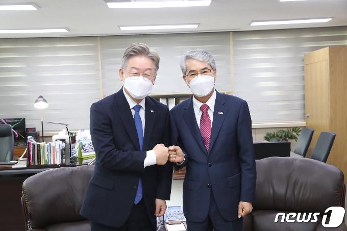 [사진] 이재명 경기도지사, 박종훈 경남교육감과 맞잡은 두 손