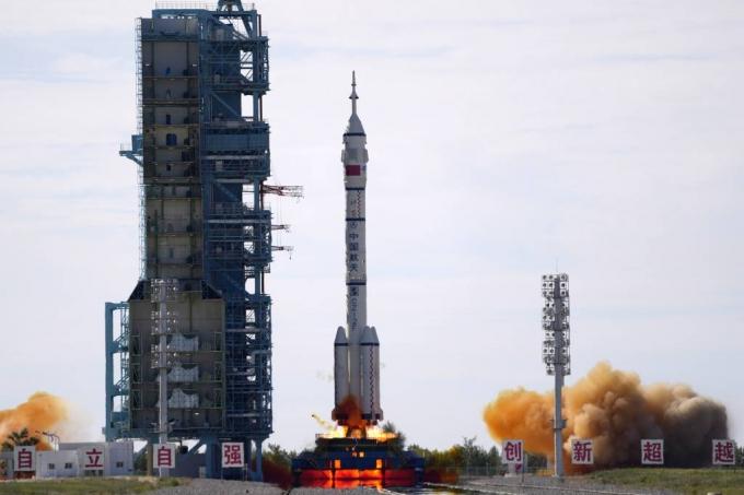 中, 유인 우주선 '선저우 12호' 발사 성공…우주정거장 짓는다