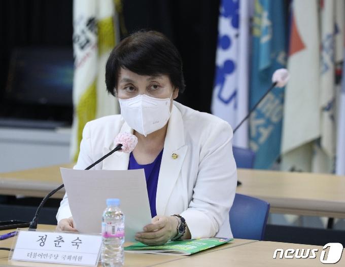 [사진] 토론회 발언하는 정춘숙 의원
