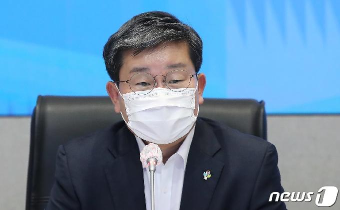 [사진] 회의 주재하는 전해철 행안부 장관
