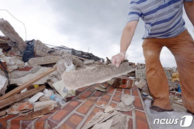 [사진] 광주 건물붕괴 참사 현장서 '석면슬레이트 발견'