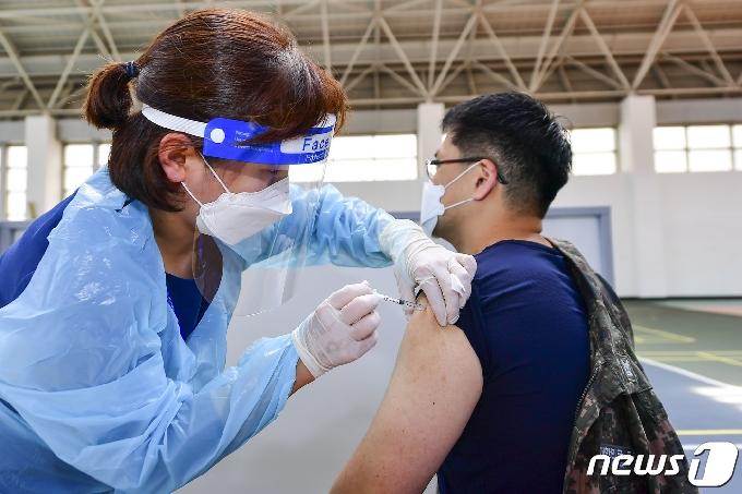 부산 화이자 접종 70대 5일만에 숨져…11명 추가 확진