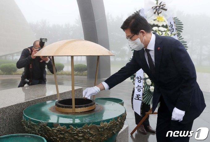 양승조 충남도지사가 17일 제주4·3평화공원에서 참배하고 있다.© 뉴스1