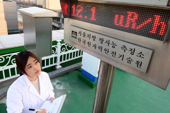 = 북한의 수소폭탄 실험이 확인된 가운데 7일 오후 서울 한양대에 있는 서울지방방사능측정소에서 측정연구원이 환경방사선 감시기를 살피고 있다. 이날 환경방사선 수치는 12.1uR/h로 평균치를 나타내고 있다. 2016.1.7/뉴스1