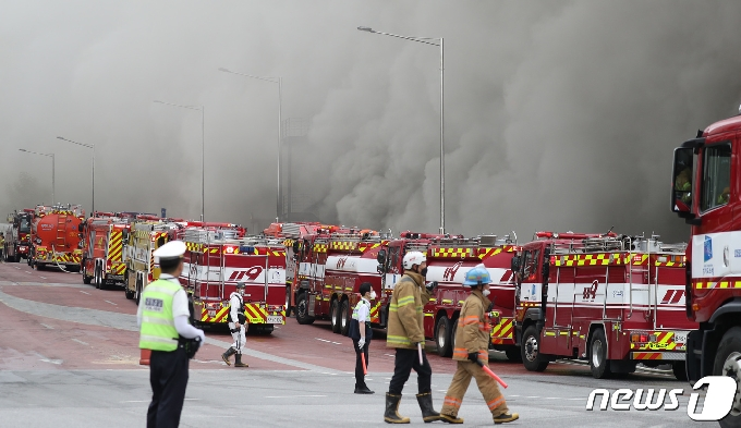 [사진] 화재현장 진입 기다리는 소방차들